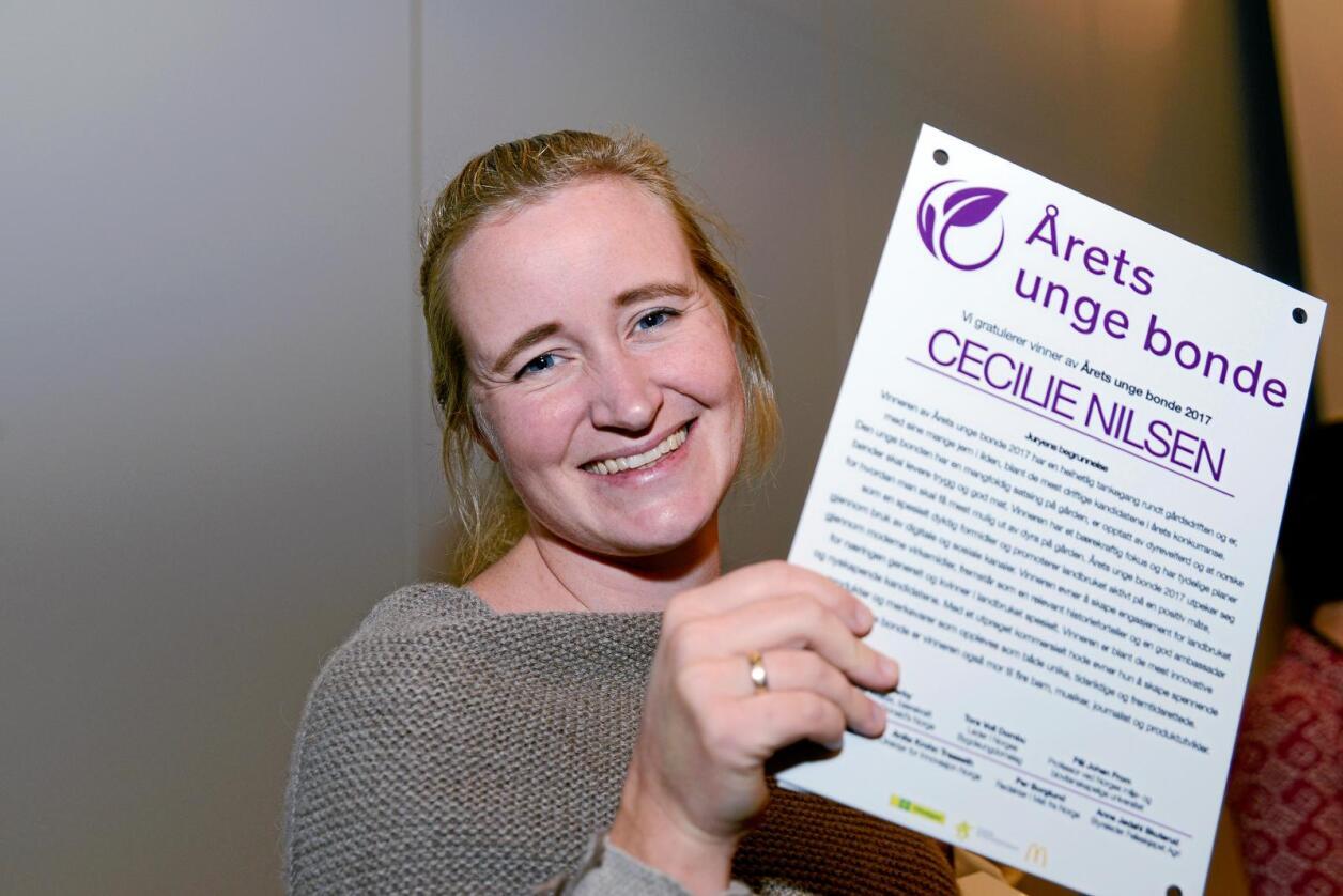 "Bevise skal havne på veggen. Cecilie Nilsen (31) fra lista ble kåret til ""Årets unge bonde"" 2017 under messen ""Bedre landbruk"" på Lillestrøm. Foto Mariann Tvete"