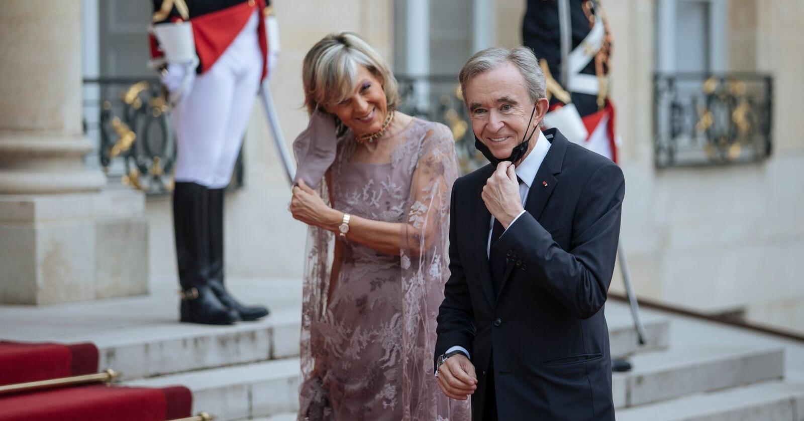 Verdens rikeste: Bernard Arnault med sin kone Helene Mercier-Arnault på vei opp den røde løperen for å spise middag med president Emmanuel Macron 5. juli. Foto: AP Photo/Lewis Joly, NTB