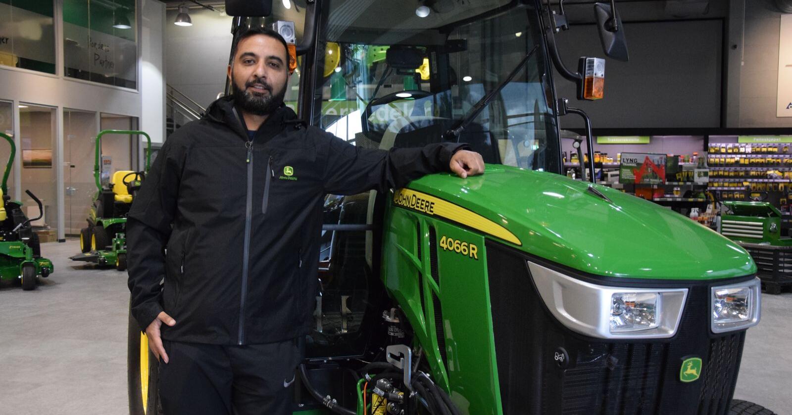 Produktsjef Syed Jawad Shah viser fram en av John Deeres kompakttraktorer som nå tilfredsstiller de strengeste utslippskravene.