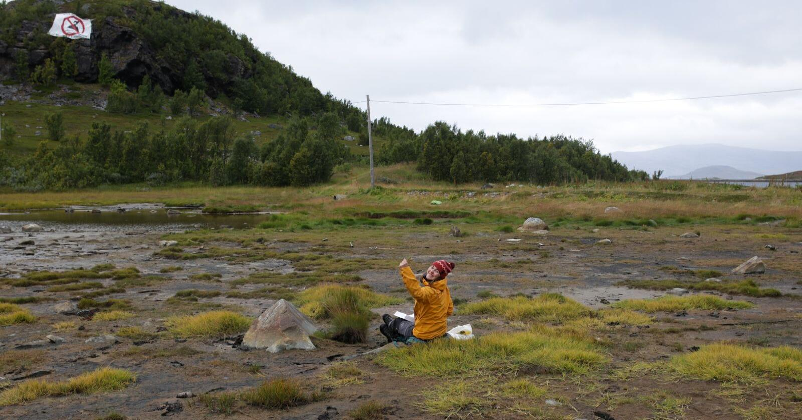 Botaniker Rebekka Eriksen Ween kartlegger planter ved Repparfjorden i Finnmark. Foto: Torunn Bockelie Rosendal