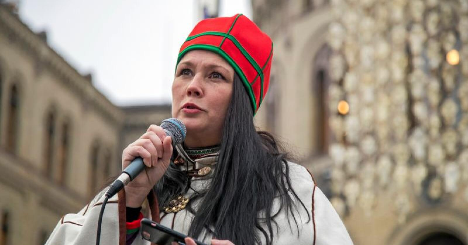 Ellinor Marita Jåma, leder i Norske reindriftssamers landsforbund, fotografert foran Stortinget i fjor. Foto: Heiko Junge / NTB scanpix