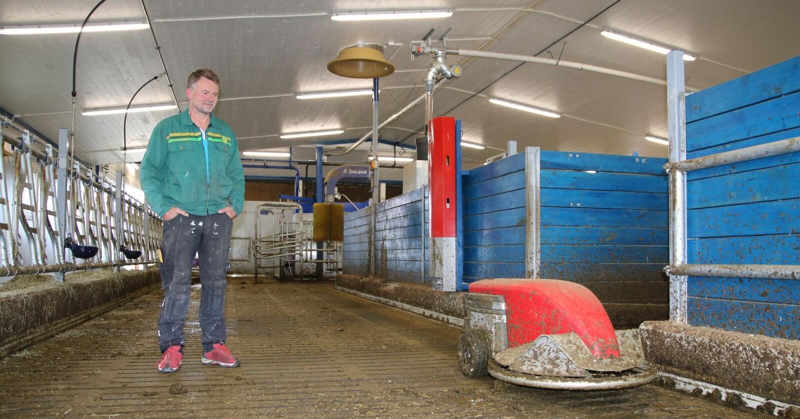 Leif Sverre prøvde å drifte det nye fjøset uten skraperobot i tre uker, før han måtte kjøpe en slik: - Det er et must med skraperobot og velferdsavdeling når man investerer i løsdrift, sier Leif Sverre.