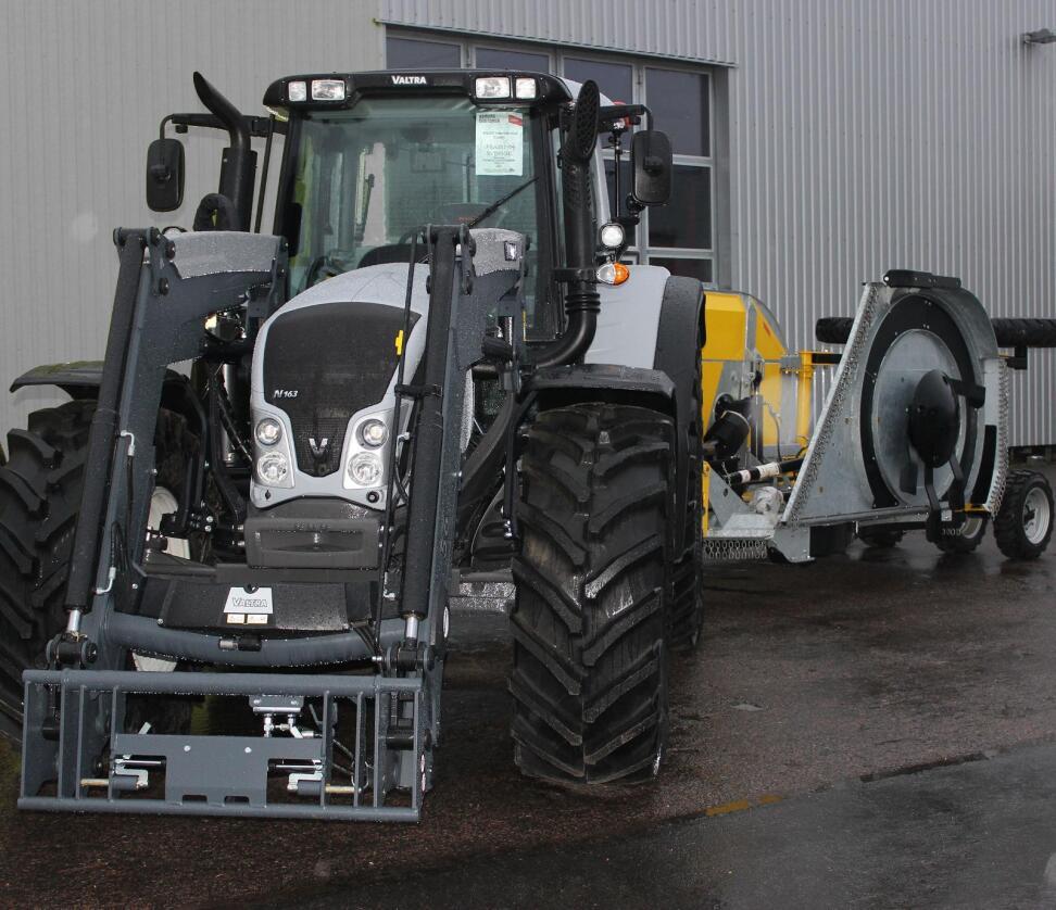 De 37 traktorene det svenske Forsvaret har kjøpt, leveres i samme gråfarge som de svenskproduserte jagerflyet JAS Gripen. (Foto: Lantmännen Maskin)