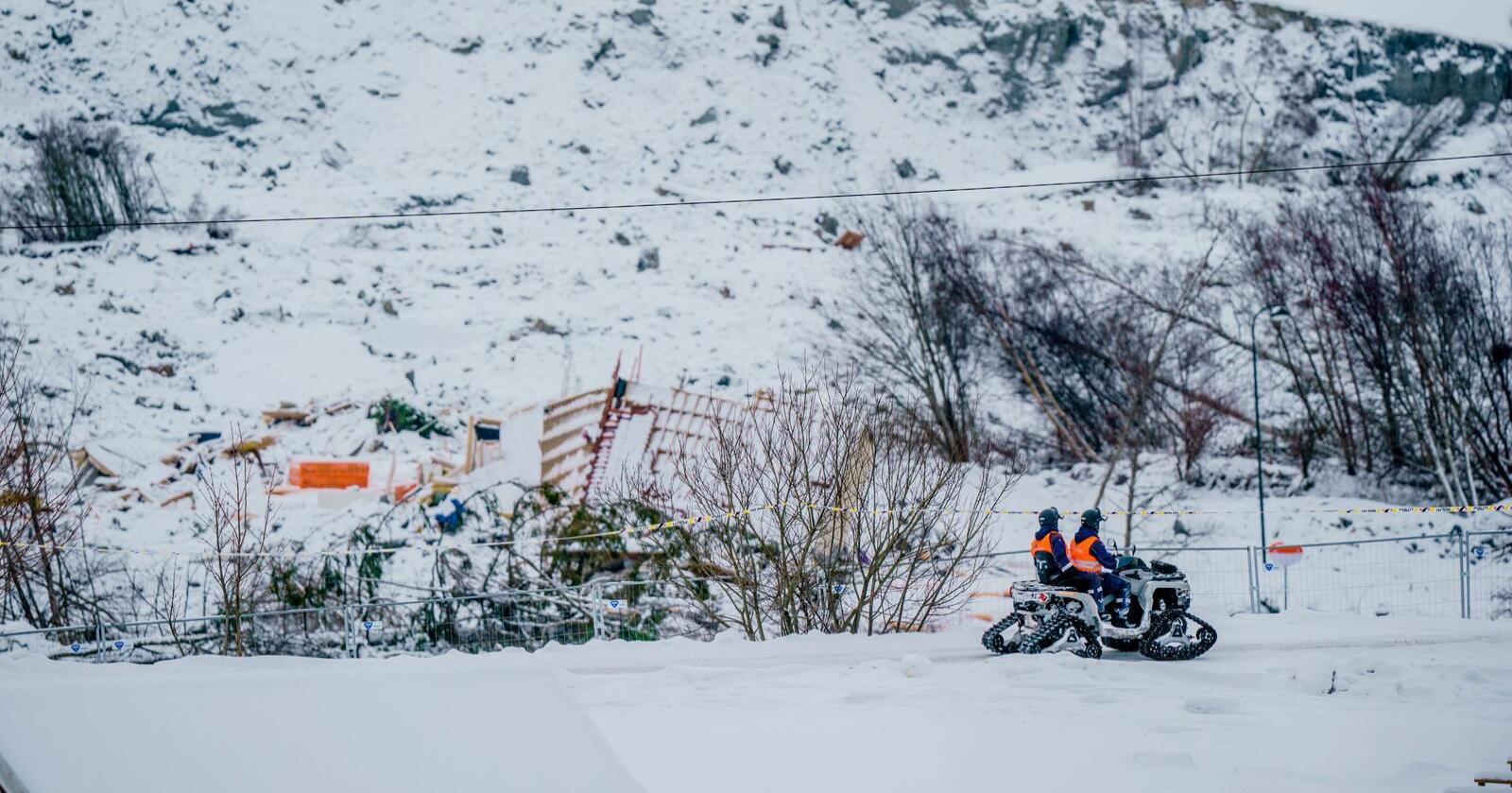 Fredag trekker Sivilforsvaret seg ut av skredområdet i Gjerdrum. Sikringen av området overtas nå av vektere. Politiet planlegger å gjenoppta søket etter de tre siste savnede i Gjerdrum-skredet førstkommende mandag. Foto: Stian Lysberg Solum / NTB