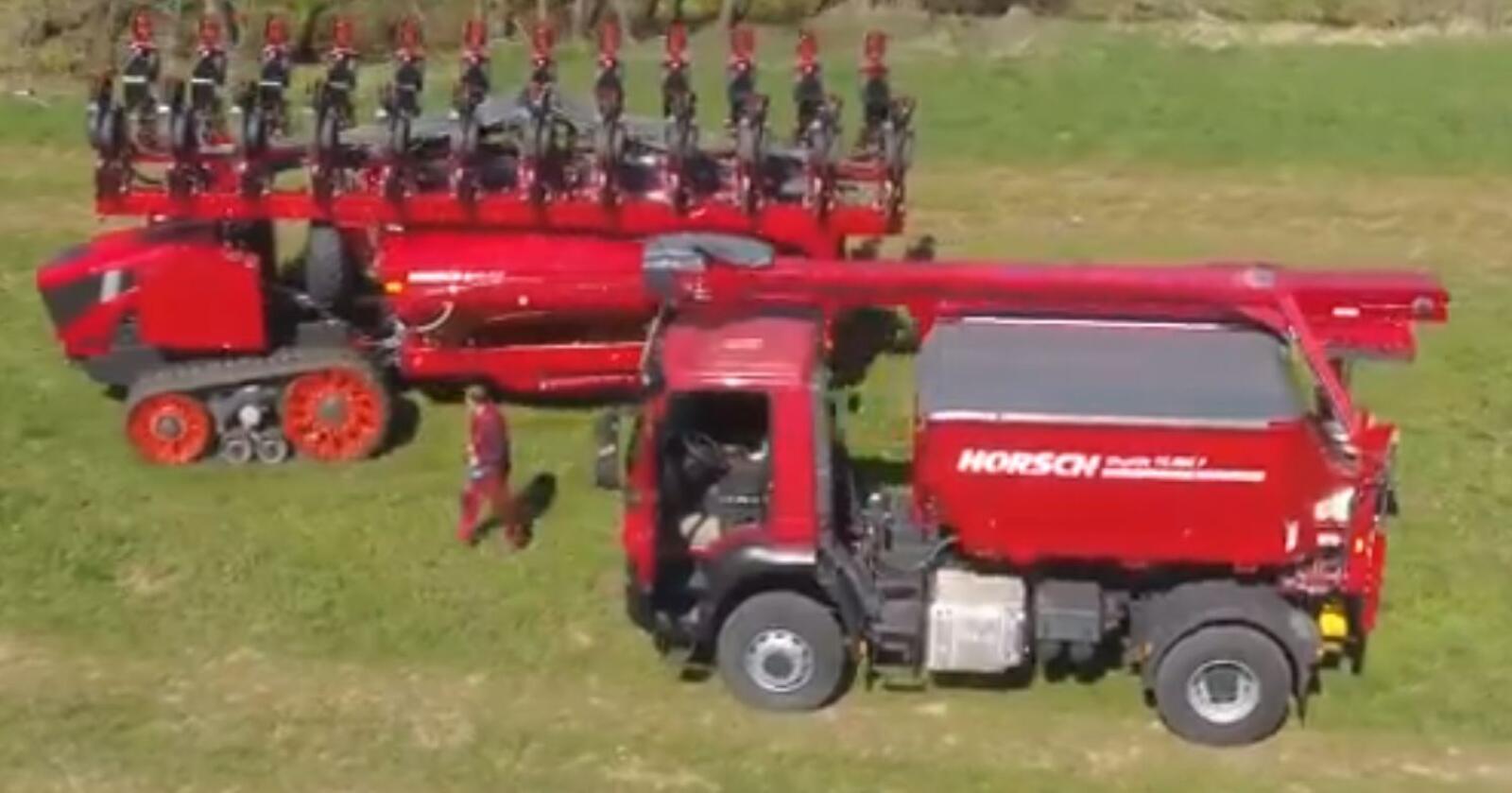 Stor: På videoklippet får vi et inntrykk av størrelsen ved å sammenligne med operatøren og lastebilen. Maskina har 24 såaggregater. Skjermdump fra Horsch