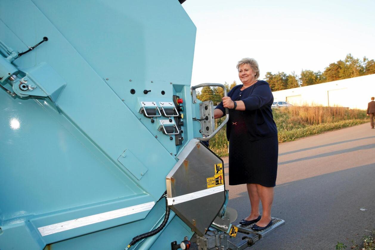 """Full gass: Statsminister Erna Solberg (H) under åpningen av biogass- og gjødselfabrikken """"Den magiske fabrikken"""" i Tønsberg. Foto: Terje Bendiksby  / NTB Scanpix"""