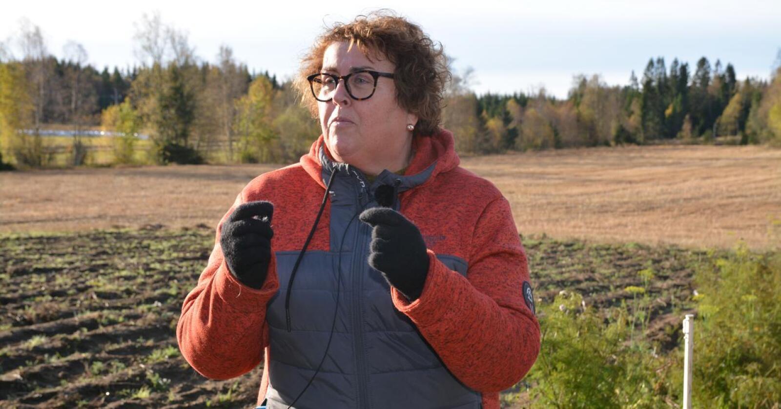 Jordvern: Landbruks- og matminister Olaug Bollestad (KrF) vil ikke nå svare på hva hun har gjort i praksis for å få en slutt på opsjonsavtaler om utbygging på dyrka og dyrkbar jord regulert til landbruksformål. På bildet er statsråden på besøk hos Østfold-bønder som sliter med villsvin.