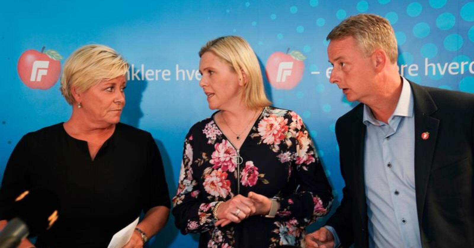 Frp-leder Siv Jensen (t.v.) møtte pressen sammen med nestlederne Sylvi Listhaug og Terje Søviknes etter det ekstraordinært landsstyremøtet om bompenger søndag. Foto: Heiko Junge / NTB scanpix