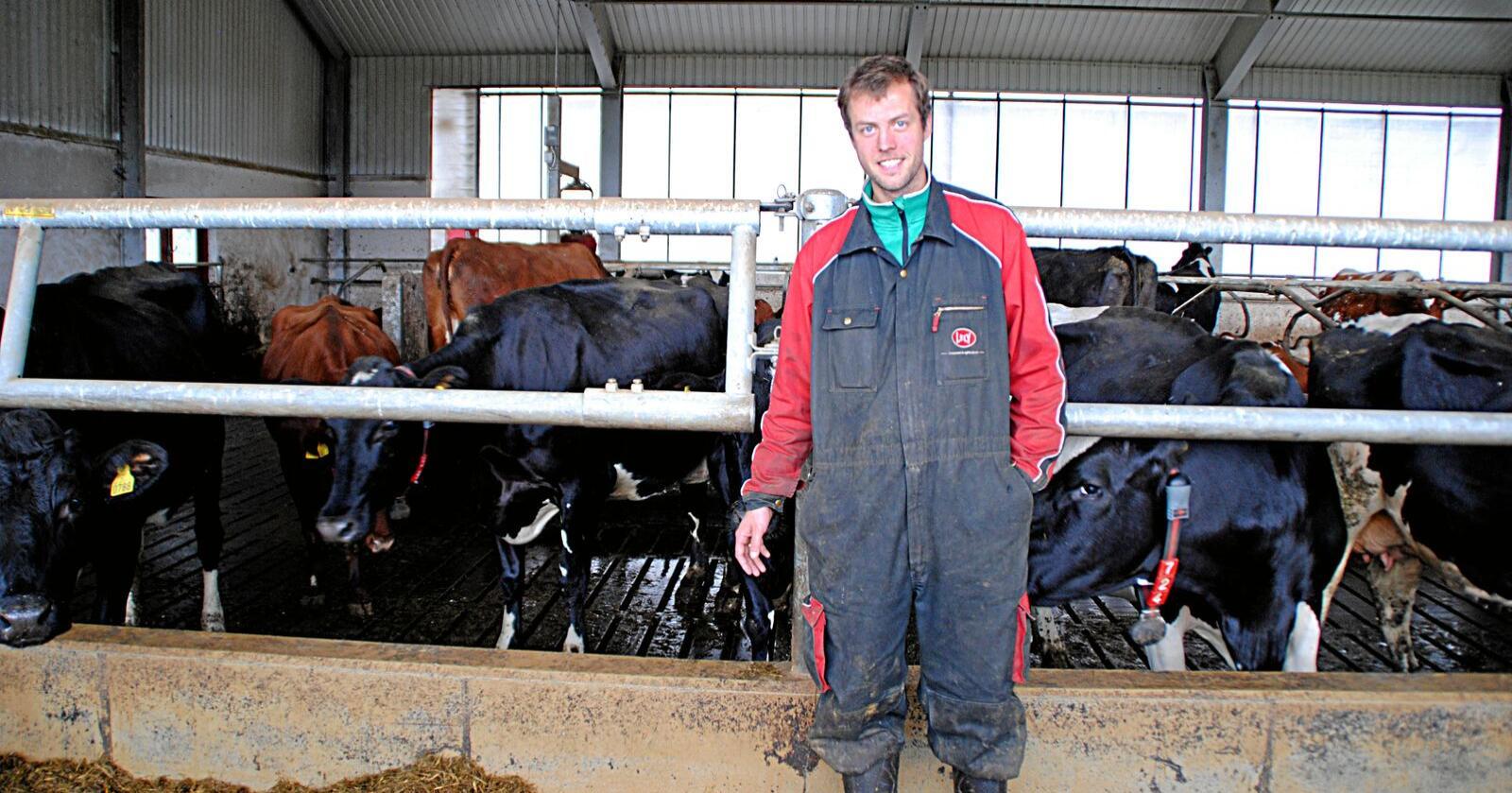 Knut Johan Singstad i Kyrksæterøra forteller om fordeler og ulemper ved å drive et større melkebruk. Foto: Lars Bilit Hagen