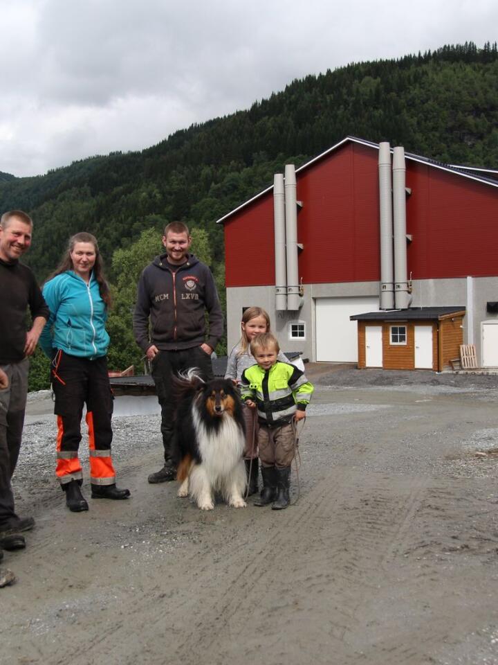 ENDELIG FERDIG: Selv om det nye oksefjøset ble en del forsinka, er familien Draugsvoll veldig fornøyd nå som dyra endelig har kunnet flytte inn. (Fra venstre: Jon-Ola, Ole, Irene, Aslak og barnebarna Nickoline og Lars , med hunden Luke).