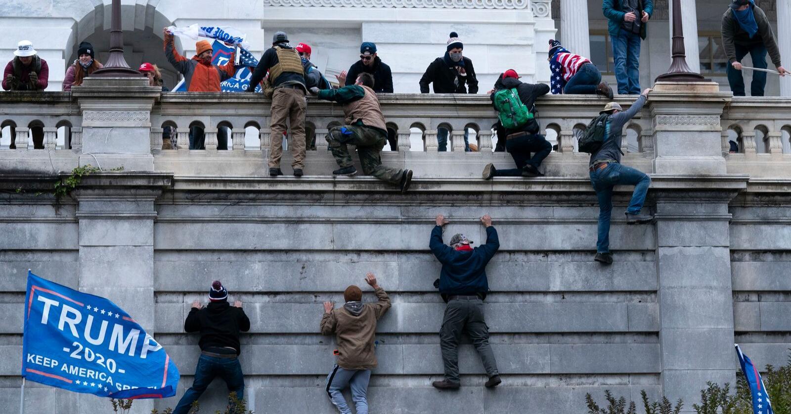 Tilhengere av Donald Trump stormer Kongressen i Washington, D.C. Foto: AP Photo/Jose Luis Magana