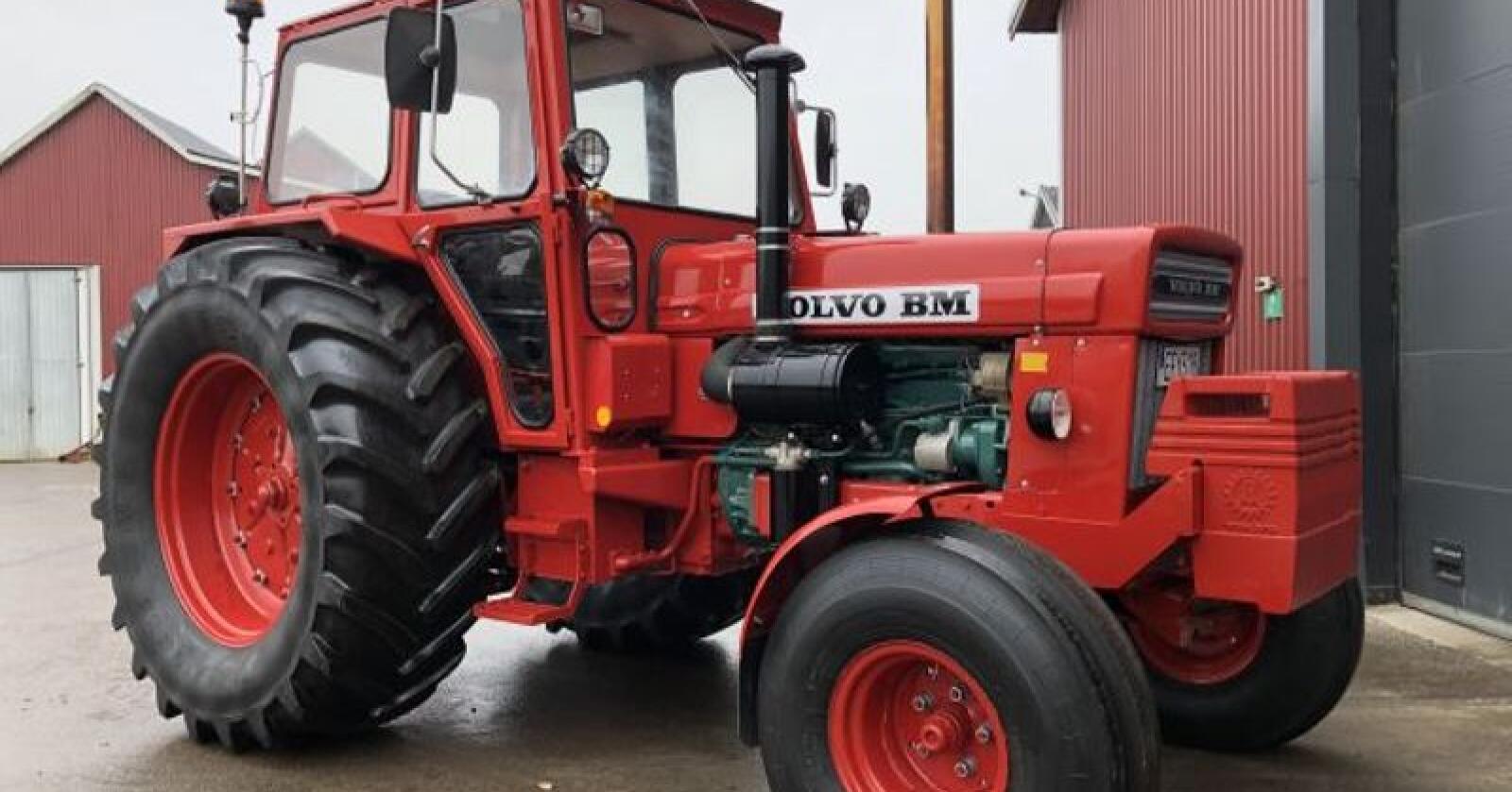 T810 var i mange år den største traktormodellen Volvo BM kunne tilby. I dag er stordrageren et attraktivt samlerobjekt for veteranentusiastene. (Foto: Klaravik Auktioner)