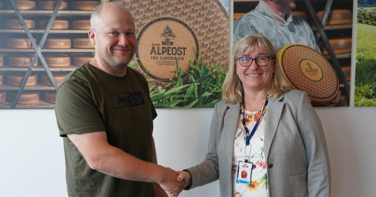 Jarle Rueslåtten i Norsk Gardsost og Ann-Norill Stennes i Tine har inngått en avtale som gir lokale osteprodusenter tilgang til flere tjenester hos Tine. Foto: Peder Buskenes/Tine