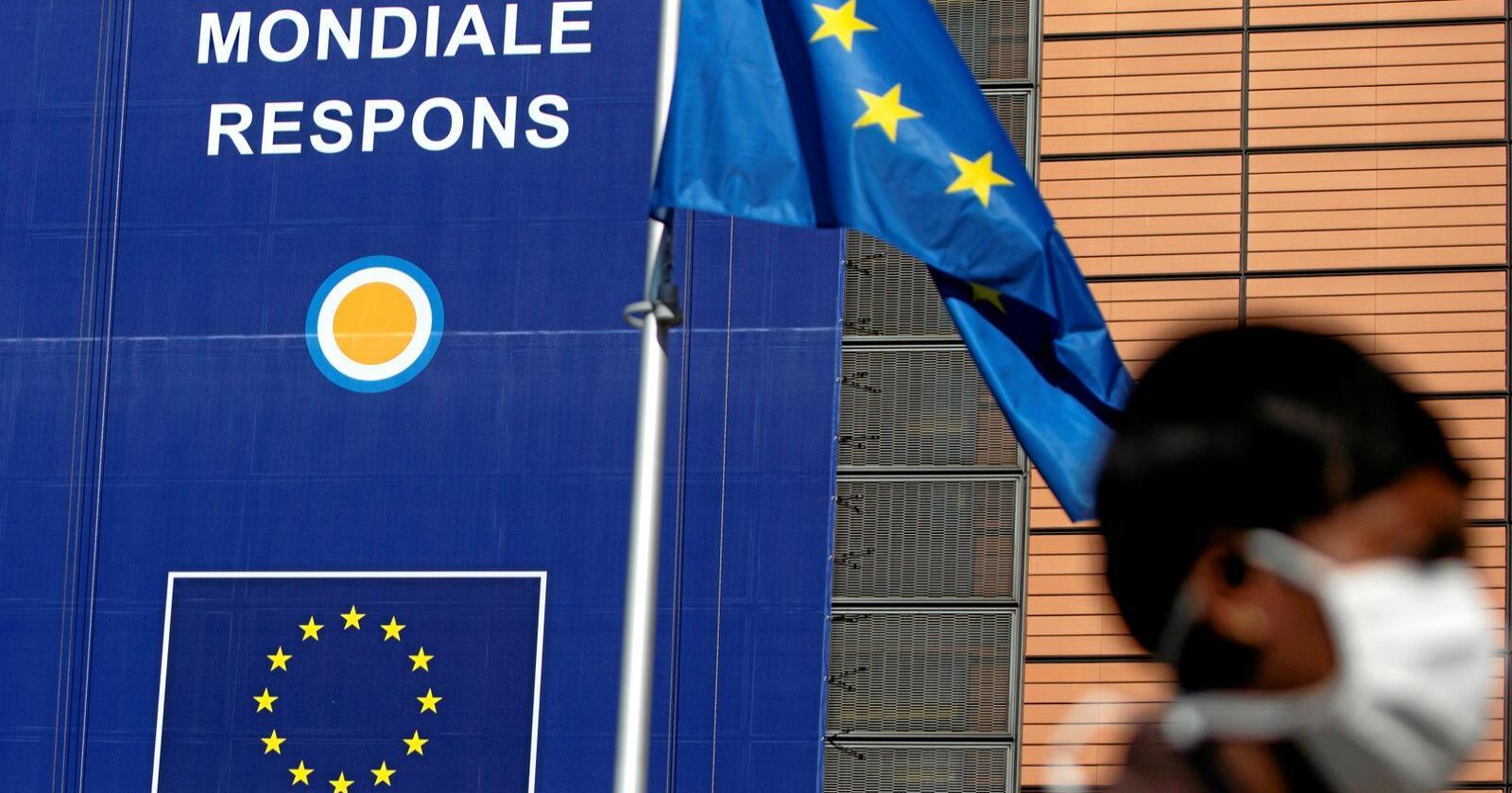 EU har fått berettiget kritikk for å respondere for lite og for sent da epidemien traff Europa. Men EU sendte tross alt 50 tonn med smittevernsutstyr til Kina allerede tidlig i februar, skriver Heidi Nordby  Lunde. Bildet er fra EUs hovedkvarter i Brussel. Foto: Virginia Mayo / AP / NTB scanpix