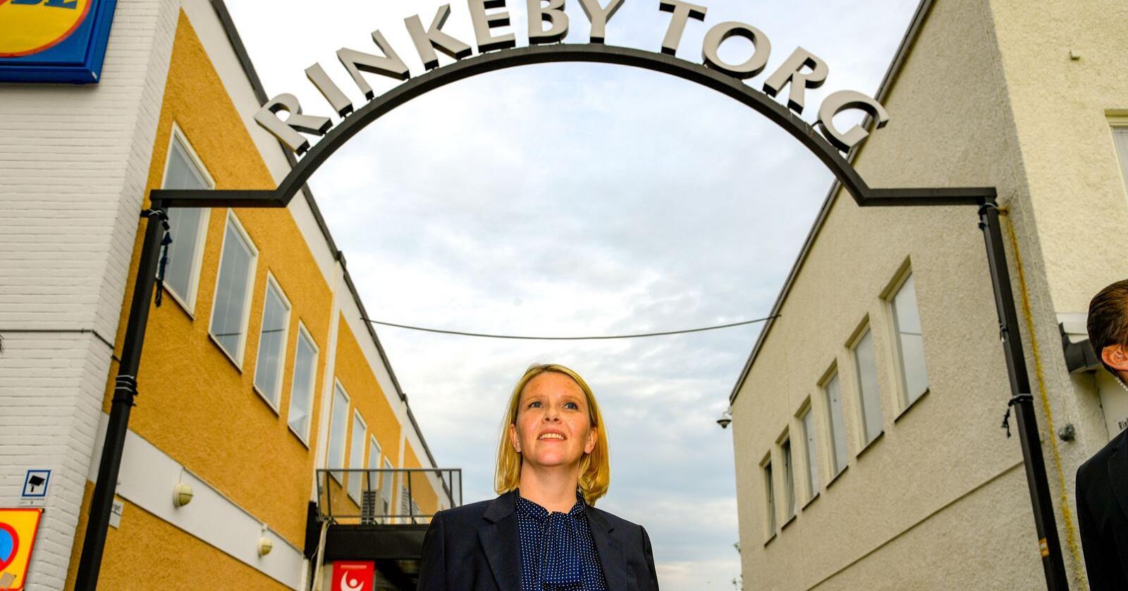 I august 2017 dro daværende innvandrings- og integeringsminister Sylvi Listhaug på tur til bydelen Rinkeby utenfor Stockholm. Bydelen var da blitt kjent i norske medier etter en rekke kritiske reportasjer om integreings-problemene som den innvandrerdominerte bydelen slet med. Foto: Anders Wiklund / TT / NTB