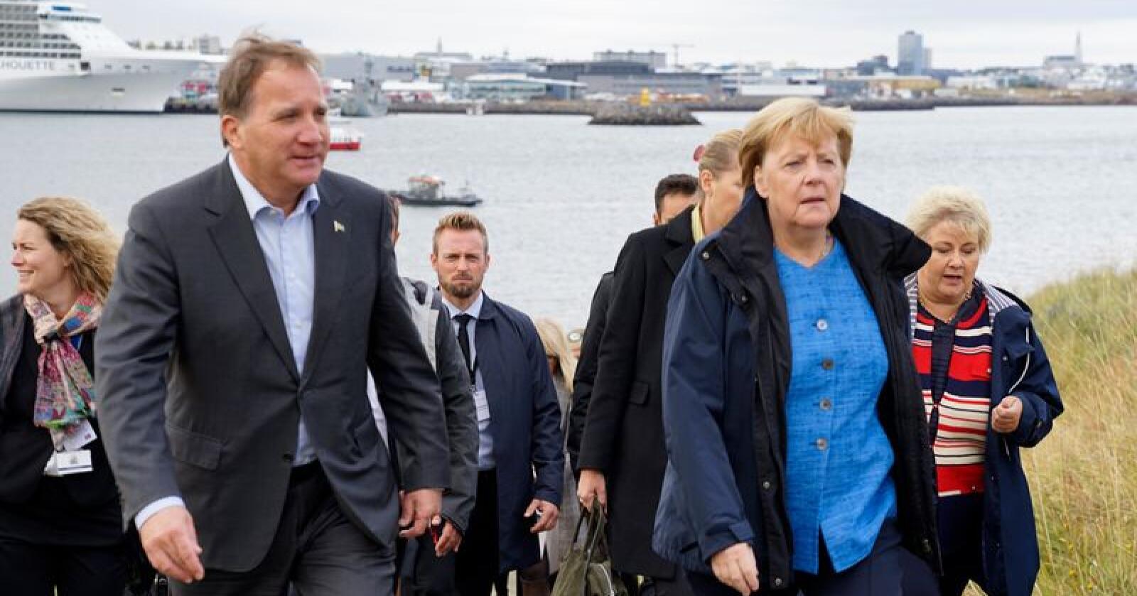 Sveriges statsminister Stefan Löfven og Tysklands regjeringssjef Angela Merkel ankommer øya Videy utenfor Reykjavik for å delta på statsministermøtet. Foto: AP / NTB scanpix