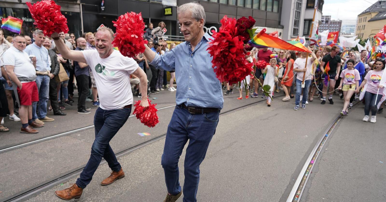Jonas Gahr Støre (t.h.) har Raymond Johansen som viktig stemmesanker - den for tida tydeligste Ap-politikeren. Her er de sammen under Oslo Pride Parade i 2019. Foto: Fredrik Hagen / NTB