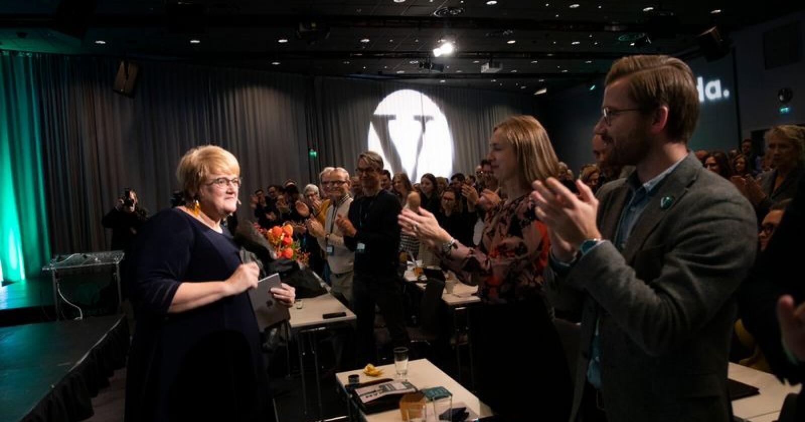 Iselin Nybø og Sveinung Rotevatn klapper for Trine Skei Grande etter hennes tale på Venstres landskonferanse lørdag. Nationens tall viste i helgen at partiet er helt utradert i store deler av landet, men tallene er fra slutten av august, og siden da har mye skjedd mener generalsekretær Marit Meyer i Venstre. Foto: Terje Bendiksby / NTB scanpix