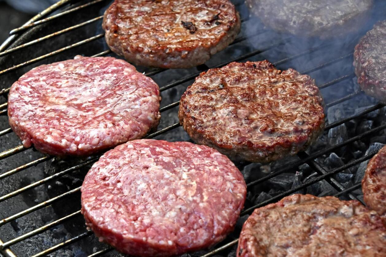 En understekt hamburger kan gå på helsa løs, skriver leserbrevforfatterne. Foto: Colourbox