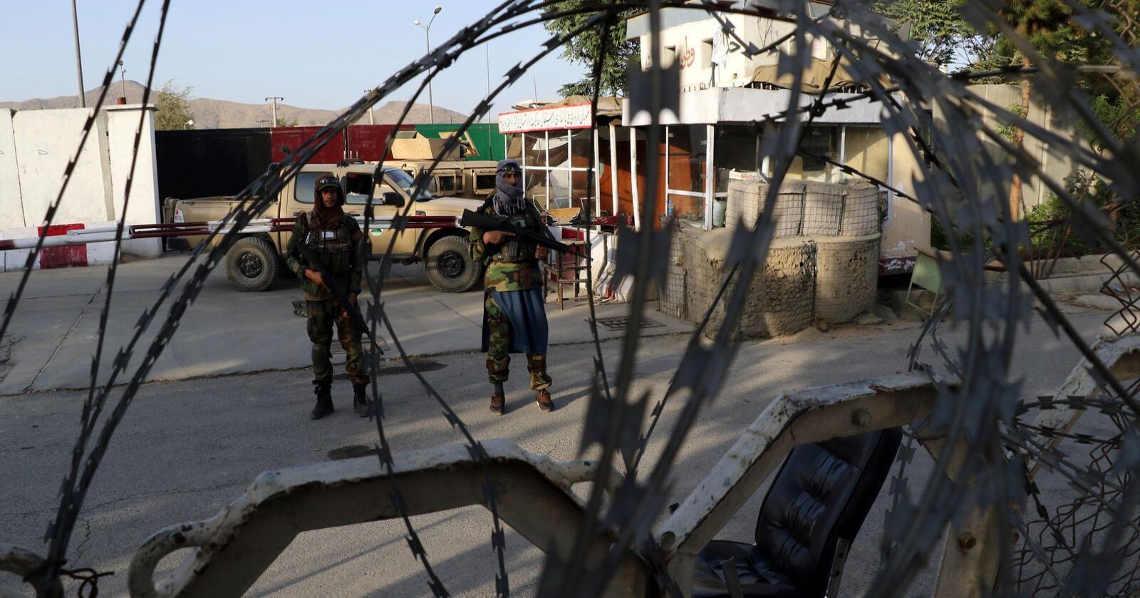 Taliban-soldater utenfor flyplassen i Kabul i Afghanistan. Fortsatt har ikke norske myndigheter fått ut alle som har rett på beskyttelse fra Norge. Foto: Wali Sabawoon / AP / NTB