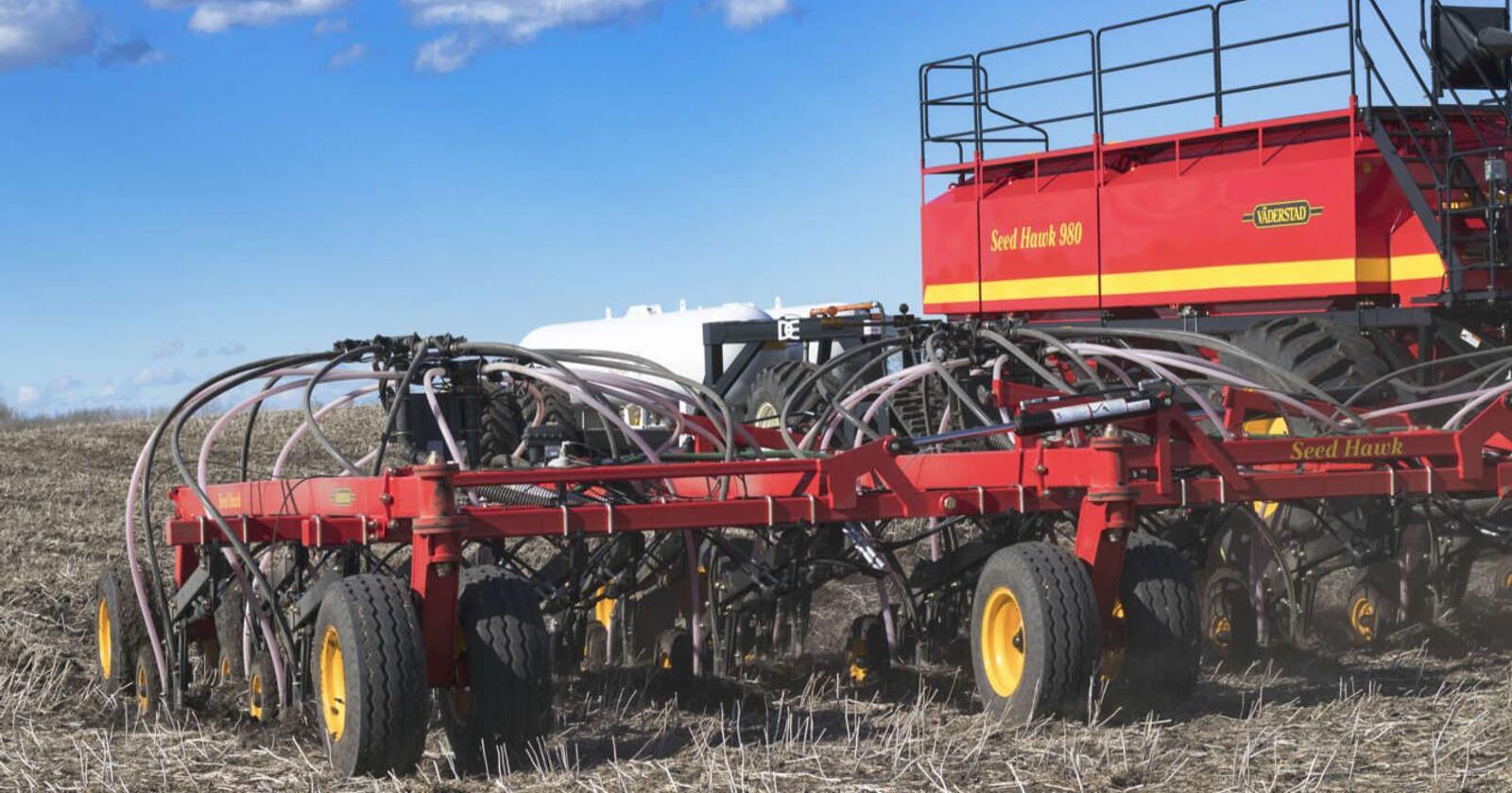 TILSTEDE: Allerede i 2013 tok Väderstad full kontroll over det kanadiske foretaket Seed Hawk. Väderstad Industries Inc har base i Saskatchewan, der de produserer den populære direktesåmaskina SeedHawk for det nordamerikanske markedet. Nå utvider de videre ved å kjøpe AGCO-Amity i Nort Dakota. Foto: Väderstad.