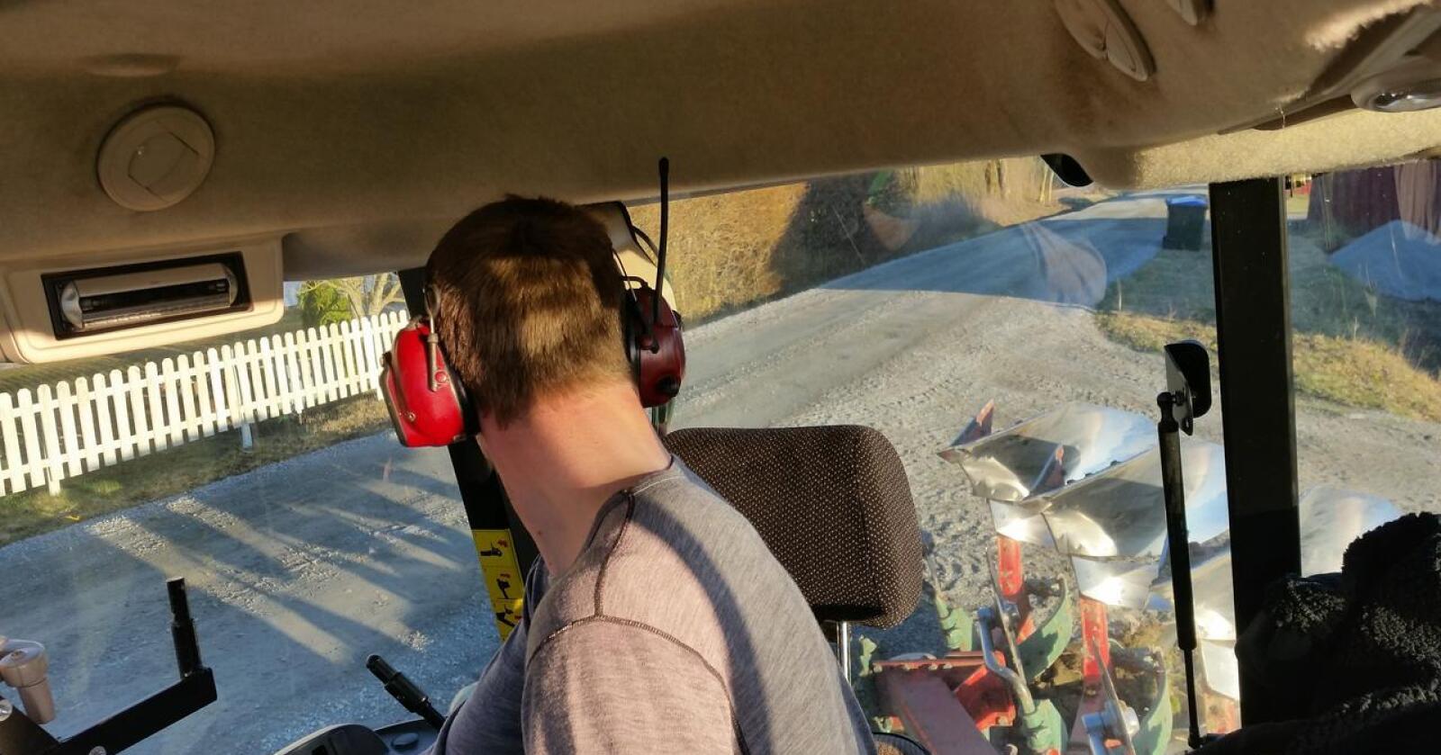 LYTTE: Nå kan du fylle hørselverna med lyd fra NLR under arbeid. Arkivfoto: Norsk Landbruk.