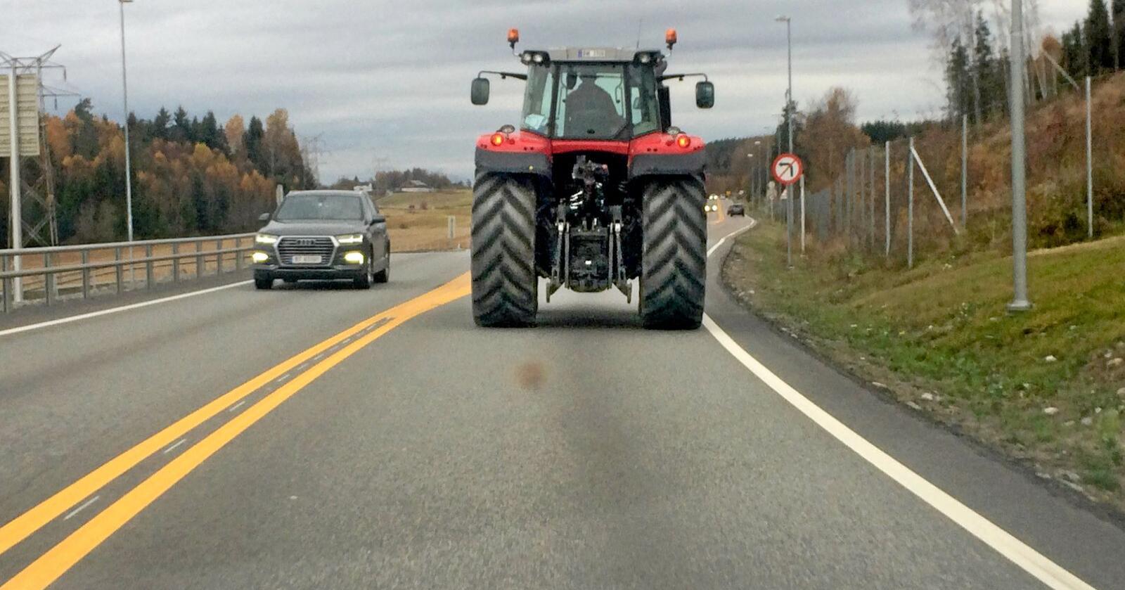 Dekk&diesel: Mange bønder kjører langt etter leiejord, selv om naboen leier ut jorda. Foto: Lars Johan Wiker