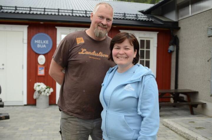 Karoline og Odd Magne Storflor har fått mye oppmerksomhet rundt melkeutsalget på Kilnes gård. Foto: Liv Jorunn Denstadli Sagmo