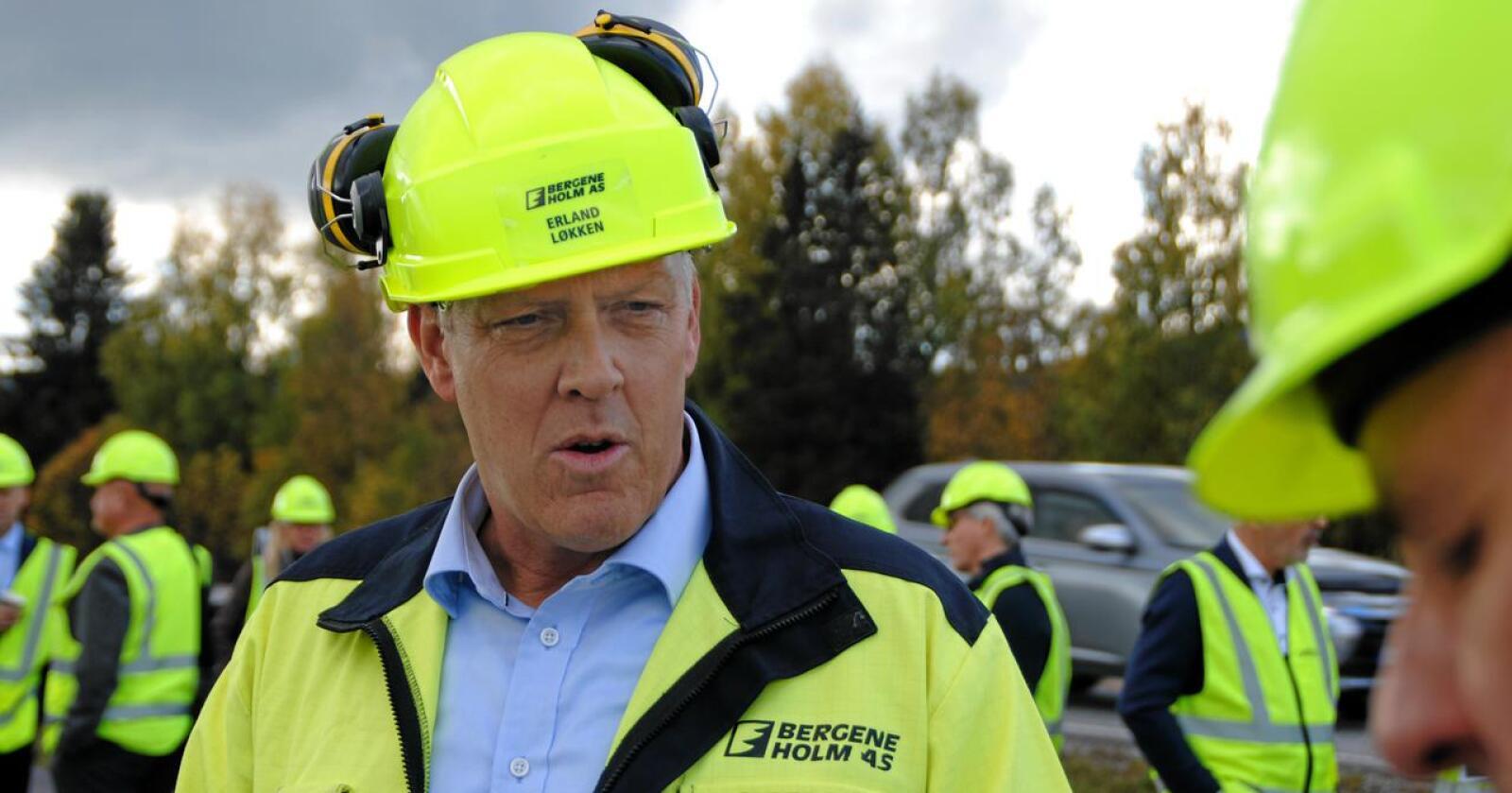 Bergene Holm og administrerende direktør Erland Løkken mener det trengs bedre kommunale veier og fylkesveier for å sikre trygg og god tømmertransport. Foto: Lars Bilit Hagen