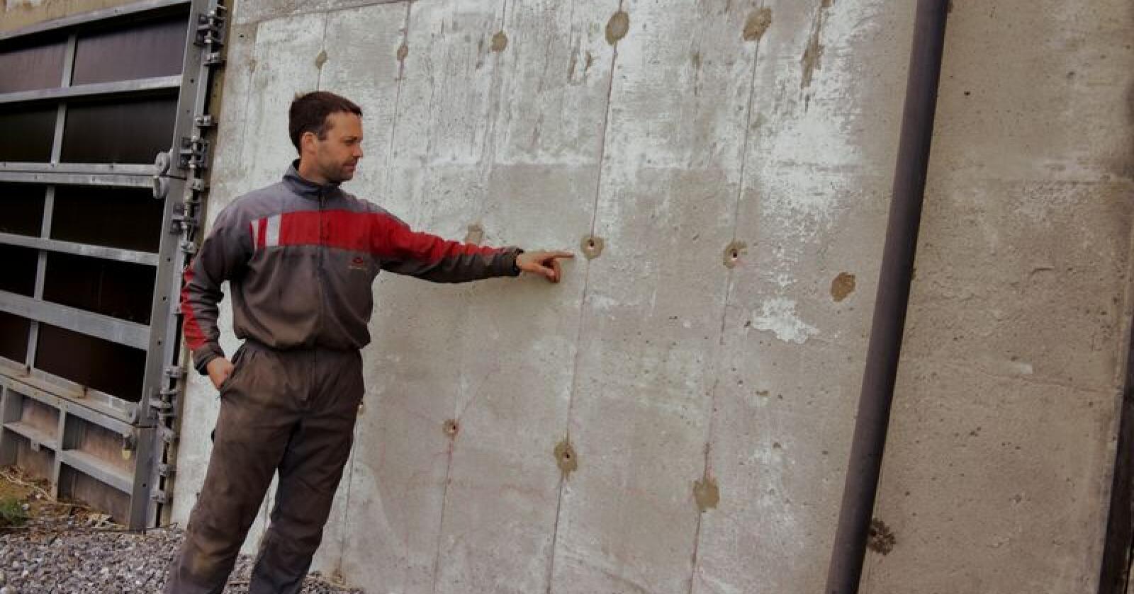 Tom-Rune Davidsen på Vega har fått ødelagt betongen i gjødselkjelleren sin som følge av at ei gjødselpumpe har fungert som jording. Foto: Brønnøysund Avis, Hildegunn Nilsen.