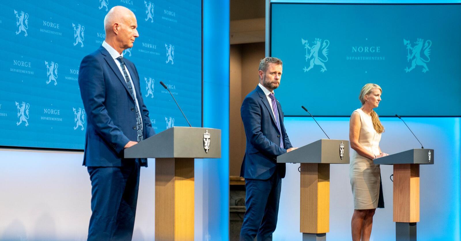 Helsedirektør Bjørn Guldvog, helseminister Bent Høie og avdelingsdirektør i Folkehelseinstituttet Line Vold. Foto: Torstein Bøe / NTB