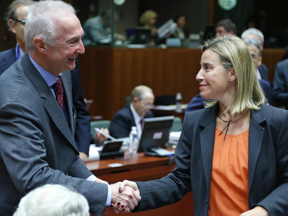 EUs antiterrorsjef Gilles de Kerchove (t.v.) hilser på EUs utenrikssjef Federica Mogherini på et møte i Brussel i januar. Foto: Yves Herman / Reuters / NTB scanpix