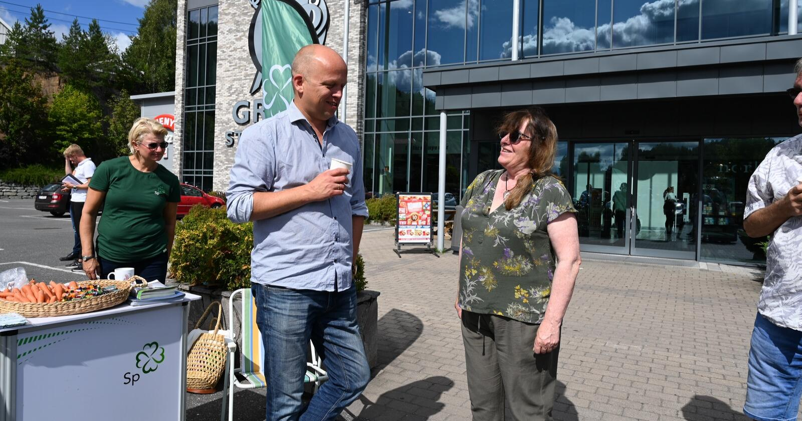 Siri Berg Flaa møtte Trygve Slagsvold Vedum på stand i valgkampen i Tvedestrand. I høst stemte hun på Sp for første gang. Foto: Sindre Haugen Mehl/Agderposten