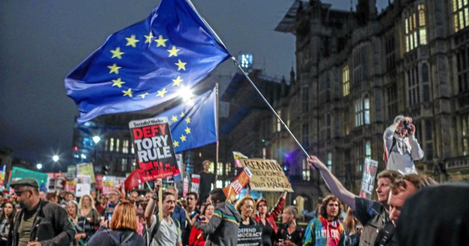 Utenfor Parlamentet var det tirsdag kveld demonstrasjon mot regjeringen og mot brexit. Onsdag skal representantene debattere et forslag om enda en utsettelse av EU-utmeldingen. Foto: Vudi Xhymshiti / AP / NTB scanpix
