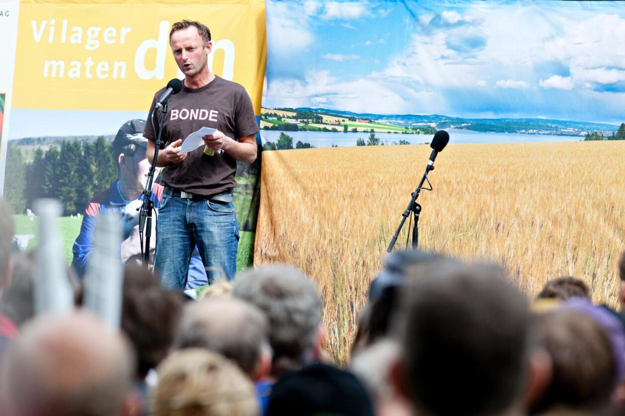 Anders Felde, leder i Sogn og Fjordane Bondelag, sier kritikken fra Småbrukarlaget er dårlig gjort. Her er han avbildet under demonstrasjon under fjorårets jordbruksoppgjør. Foto: Anette Karlsen / NTB scanpix