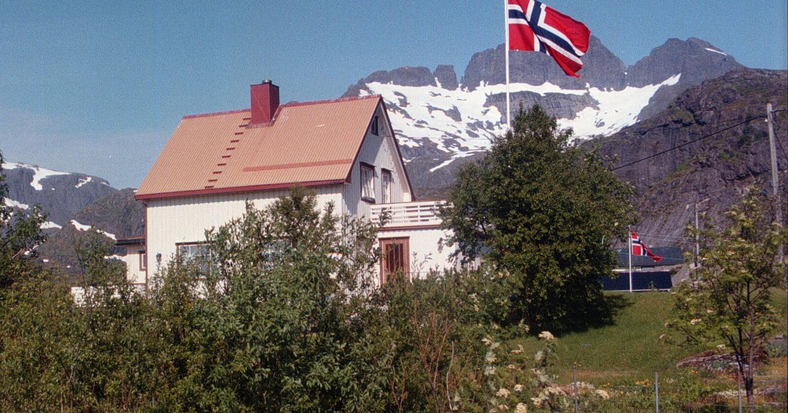 Skal man først bo på bygda, er de usjenerte, store tomtene attraktive. Det må kommunene få lov til å tilby. Her fra Reine i Lofoten. Foto: Gorm Kallestad / NTB  (FRB)