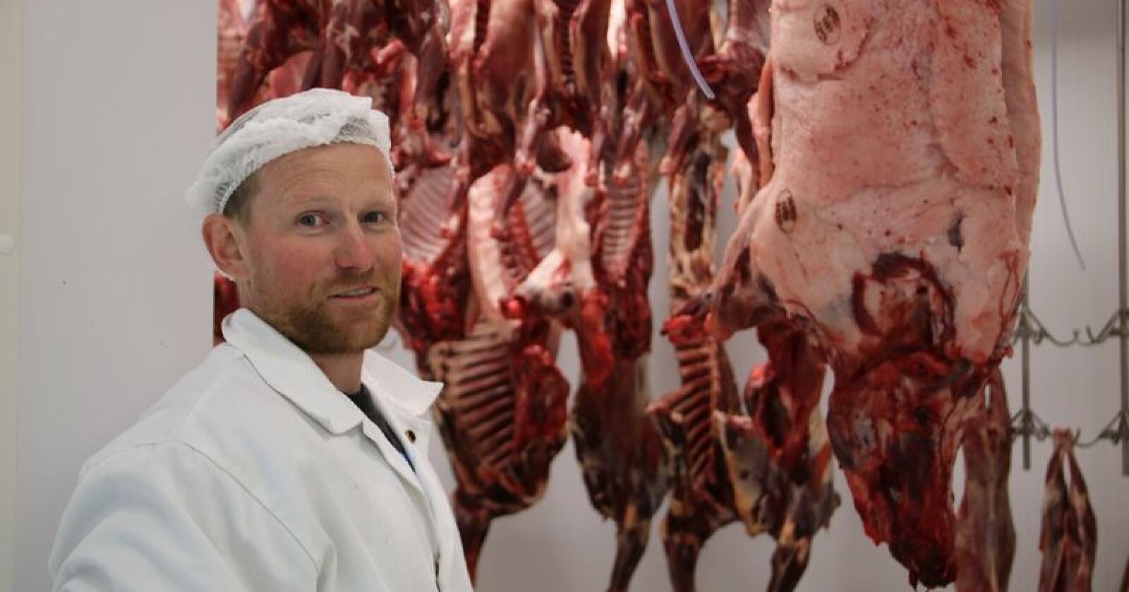 Lars Ingvald Folkedal har lange arbeidsdagar. Han driv både slakteri og sagbruk på garden i Folkedal, i tillegg driv han og kona gardsbutikk. (Foto: Karl Erik Berge)