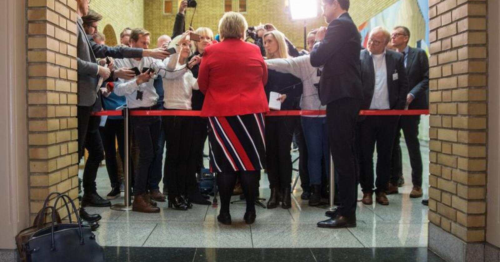 Flokk: Kanskje bør journalister springe mindre på pressekonferanser som regjeringen, konsernledere og kjendiser inviterer til. Foto: Ole Berg-Rusten / NTB Scanpix