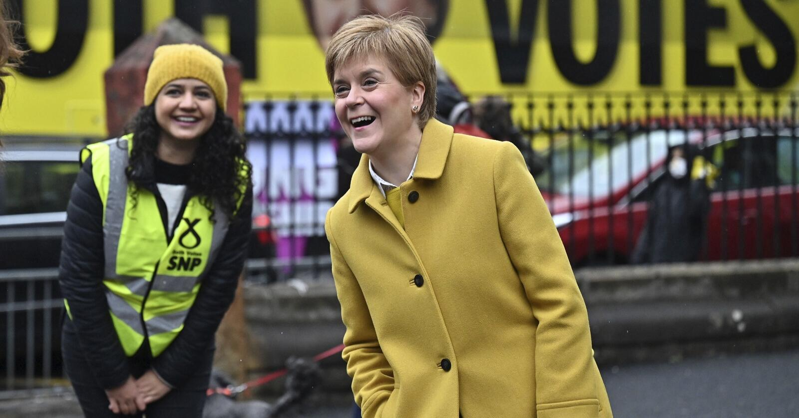 Skottlands førsteminister og leder for skottenes nasjonale parti SNP - Nicola Sturgeon sammen med velger i Glasgow håper på valgseier i det skotske parlamentsvalget.  (Jeff J Mitchell/PA via AP)