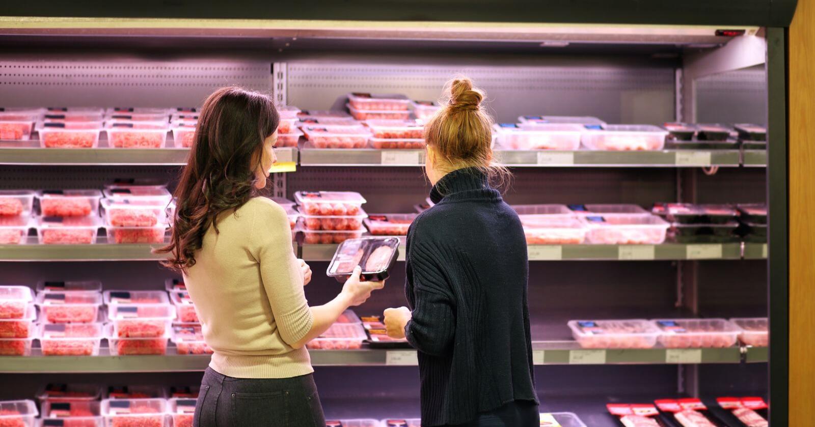 Kjøtt butikk handle kvinner kjøttdisken kjøttmarked *** Local Caption *** BB 44/18