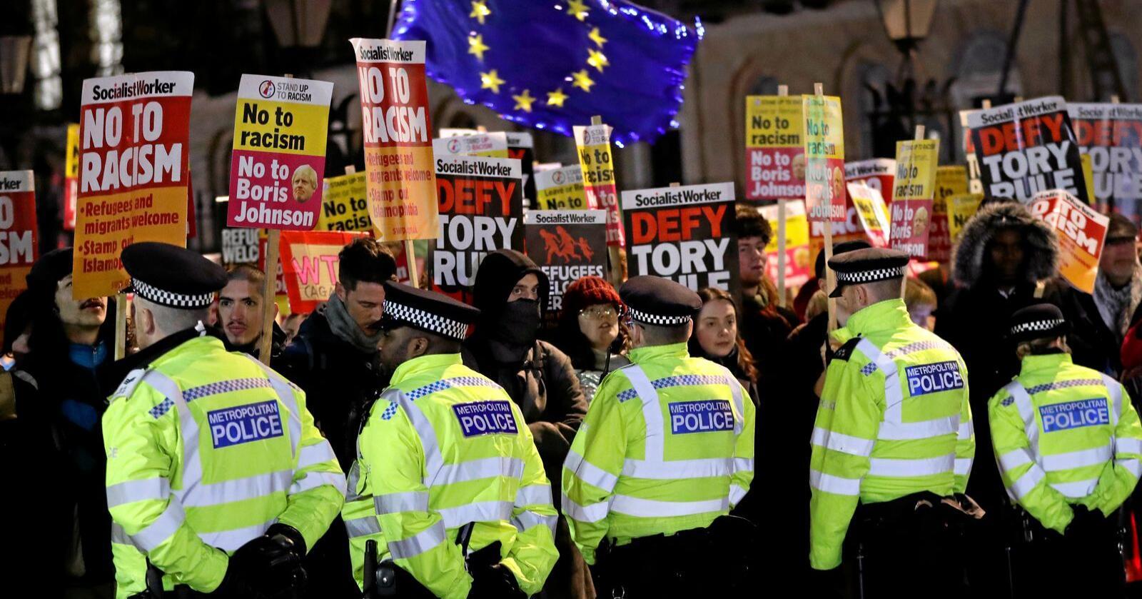 12. desember vant statsminister Boris Johnson et solid flertall. Allerede 13. desember var de første britene ute i gatene for å demonstrere mot ham. Foto: Kirsty Wigglesworth / AP / NTB Scanpix