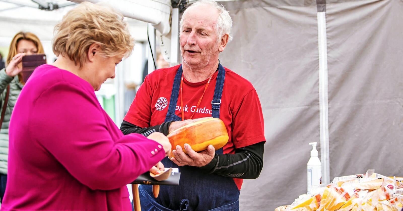 Erna Solberg tok seg tid til å studere produktene fra Ostegården sammen med Jørn Hafslund under årets matfestival i Bergen. Foto: Tove Lise Mossestad