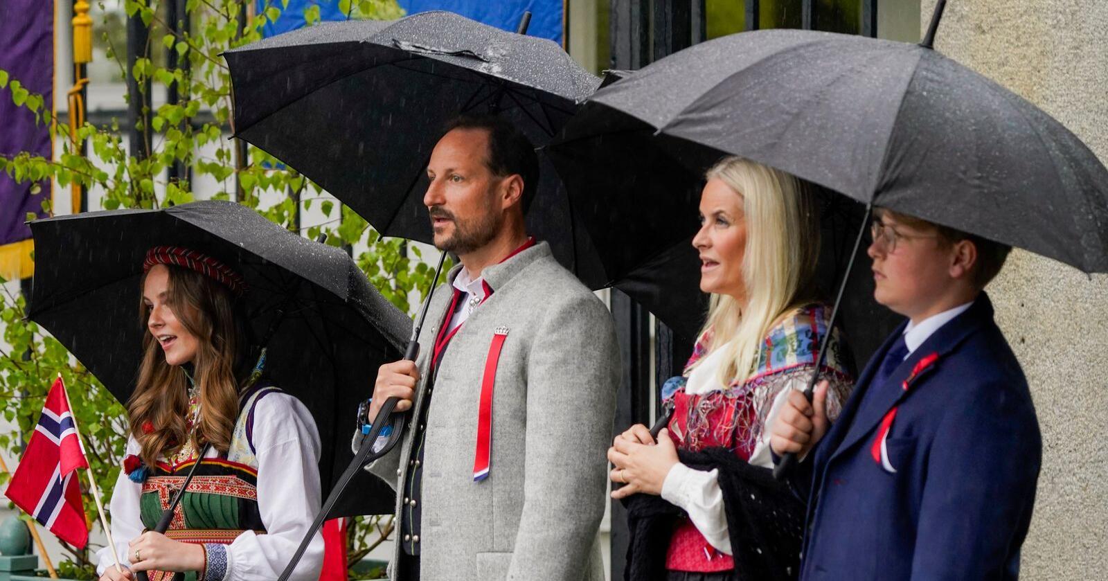 Prinsesse Ingrid Alexandra, kronprins Haakon, kronprinsesse Mette-Marit og prins Sverre Magnus under 17. mai feiring på Skaugum i Asker. På grunn av koronapandemien er det i år en annerledes feiring av nasjonaldagen.Foto: Lise Åserud / POOL / NTB