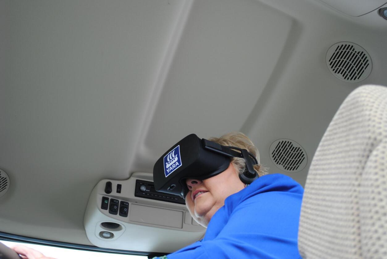 Virtuell gjødsling: Statsminister Erna Solberg åpnet Birkelandkonferansen, men først var hun innom utstillingen på Universitetsplassen. Her fikk hun testet ut VR-briller  og presisjonsgjødsling.