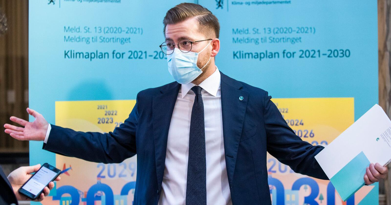 """Klima- og miljøminister Sveinung Rotevatn har lagt fram stortingsmeldingen """"Klimaplan for 2021-2030"""". Den er godt nytt for alle som er opptatt av jordvern, myr, beitebruk og bærekraftig forvaltning av skogen. Foto: Berit Roald / NTB"""