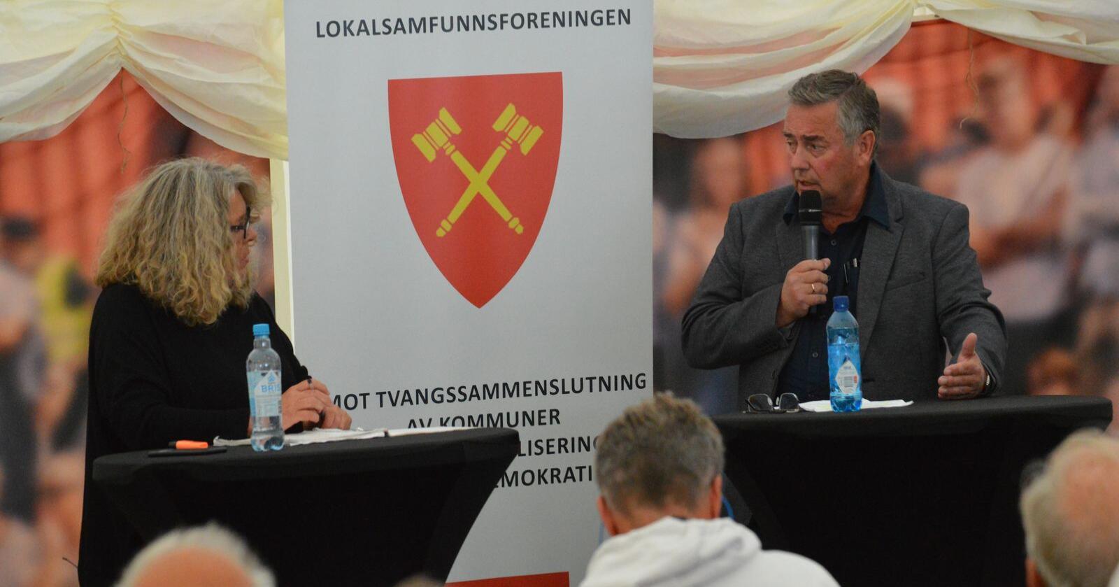 Sint: Høyremannen Jonny Helland fra Haram tok den ti timer lange turen til Arendal for å snakke om hvordan tvangssammenslåing ødelegger lokalsamfunn. Foto: Lokalsamfunnsforeningen