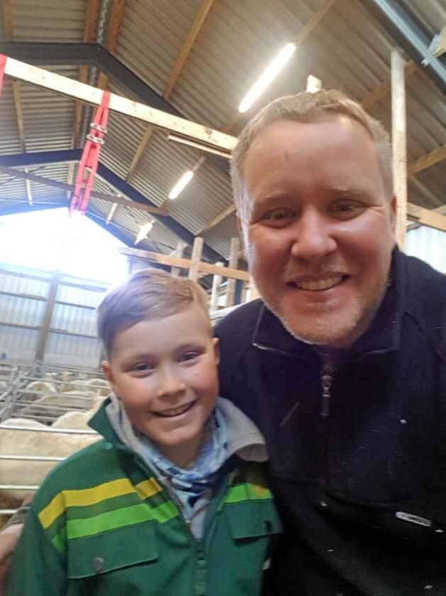 Andreas Larsen (39) skal livesende lamming på Facebook tirsdag. Her med sønnen Adrian (10). Foto: Privat