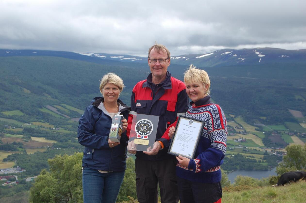 Jon og Sigrun Lerhol er blant lokalmatprodusentene i Valdres. Her avbildet da de tok imot Spesialitet-merket på vegne av stølsbøndene i Valdres fra Nina Sundqvist, direktør i Matmerk.