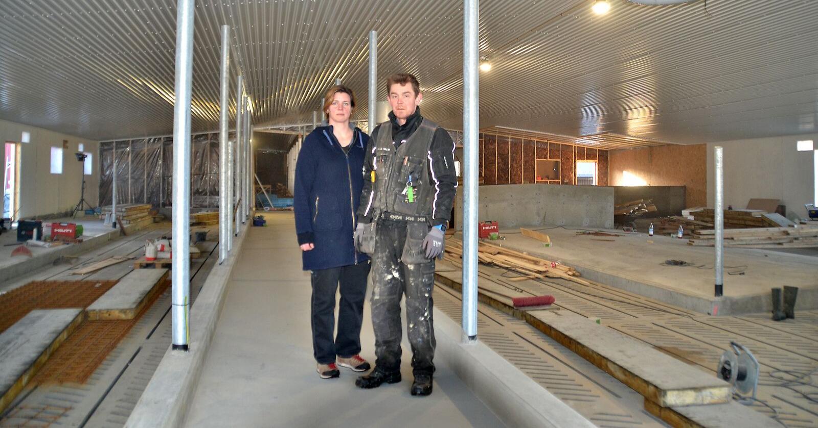 Torill Sværd og Bjørn Tore Lindset driver melkeproduksjon i Steinkjer. trodde de hadde levert søknaden innen fristen, men den var ikke gått gjennomBildet er tatt under om- og påbygging til lausdrift. (Foto: Privat)
