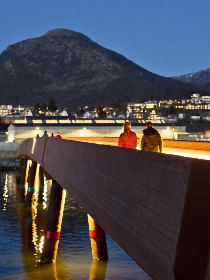 Populært turområde. Lyset på broen leder veien over til Jørpelandsholmen uten å forstyrre nattehimmelen når lyset er konsentrert nedover både på broen og under. Foto: Solfrid Sande
